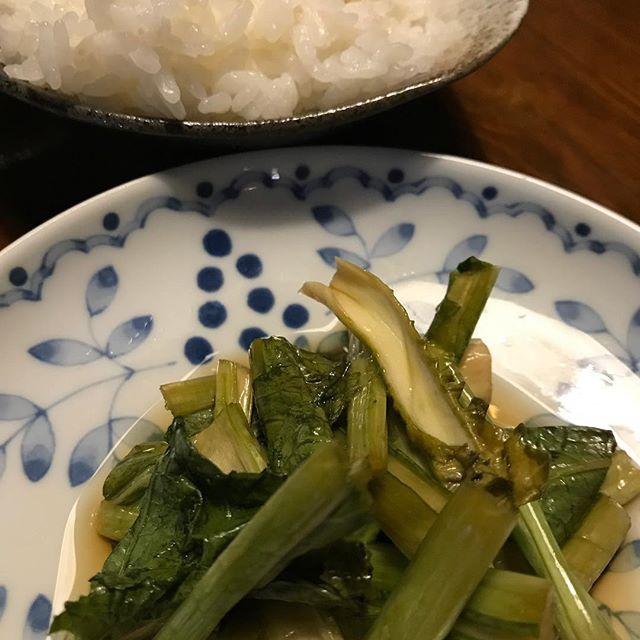 てんこ盛りの白飯と野沢菜漬け